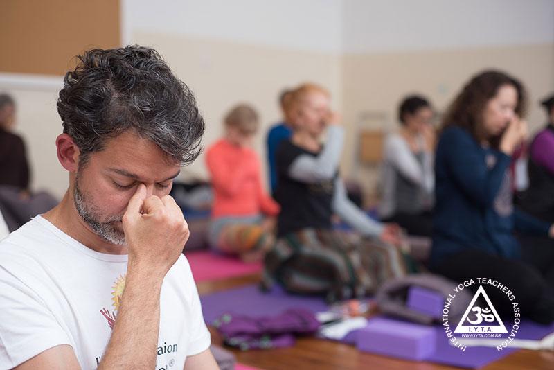 Yoga para manter a saúde do corpo.