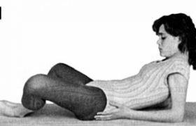 Paso 1 da postura de yoga Shavasana